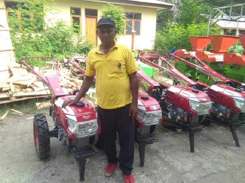 Didukung Ansy, Petani Mabar Peroleh Traktor & Pompa Air