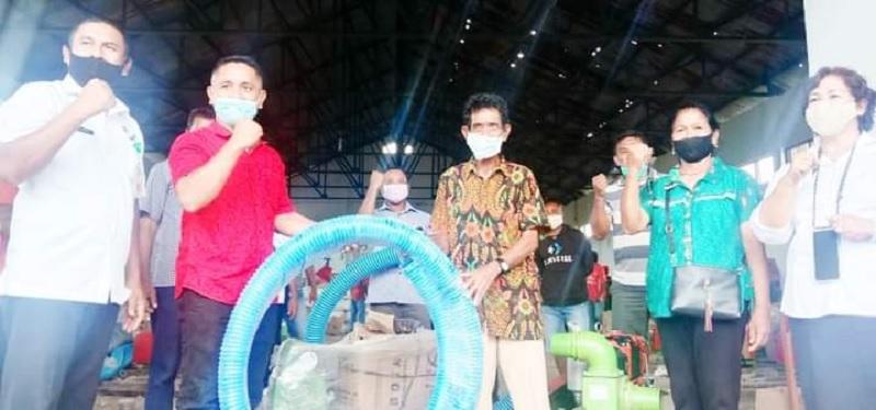 Ansy Serahkan 88 Pompa Air Pada Petani Rote