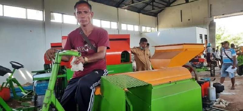 Ansy Serahkan Alsintan Pada 20 Kelompok Tani Rote