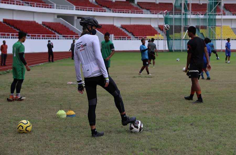 Ganjar Ajak Pemain PSIS Jajal Lapangan Stadion Jatidiri