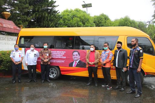 Rifqinizamy Serahkan Bantuan Bus ke Pemkot Banjarmasin