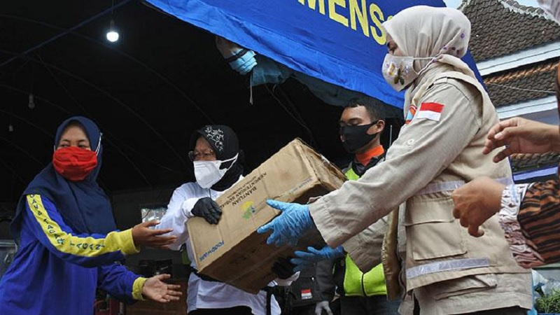 Risma Bawakan Popok Hingga Susu Bagi Korban Banjir Jember