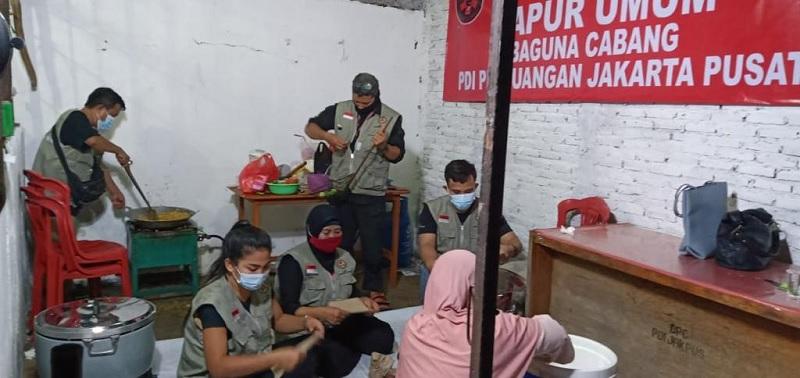 BAGUNA PDI Perjuangan Bantu Korban Banjir Jakarta