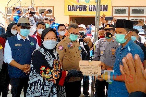 Risma Kunjungi & Beri Bantuan ke Korban Longsor di Pamekasan
