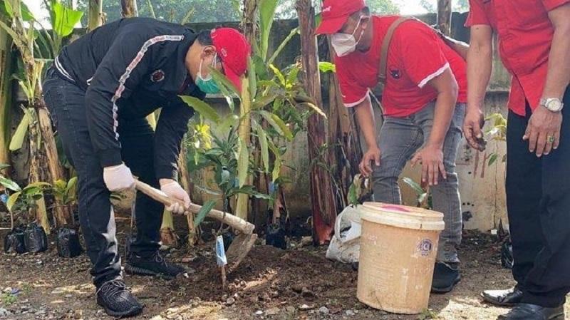 Eriko Sotarduga Tanam Pohon di Bantaran Kali Ciliwung