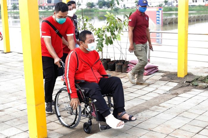 Gunakan Kursi Roda Tak Patahkan Semangat Hendi Melayani