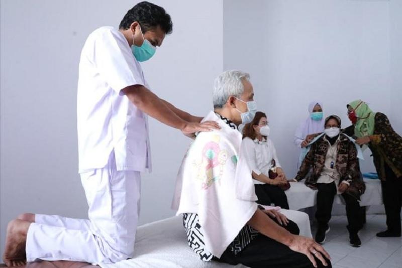 Saat Ganjar & Risma Coba Terapi Disabilitas di Temanggung