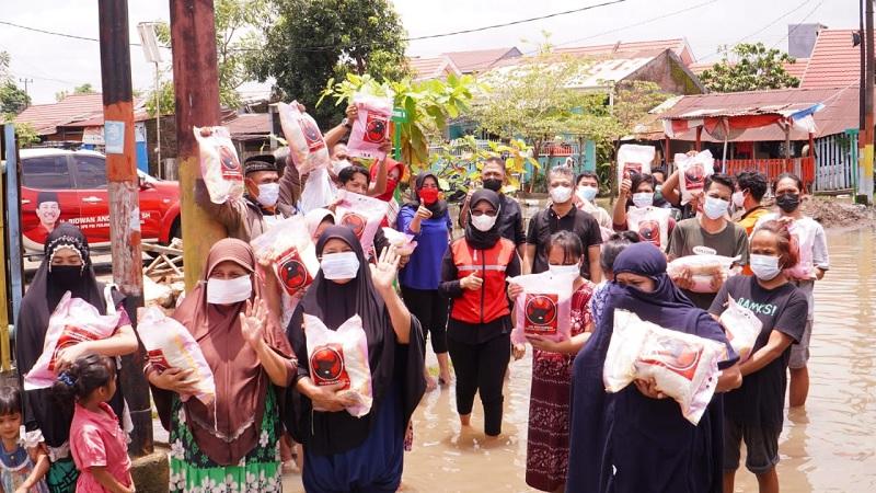 PDI Perjuangan Sulsel Bagikan Paket Sosial ke Korban Banjir