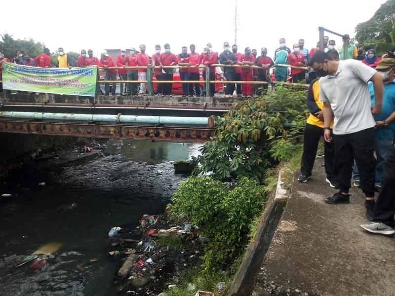 Bobby Angkut Lumpur & Sampah di Parit, Cegah Banjir