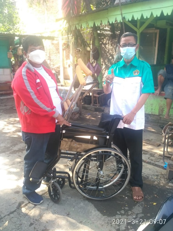 TMP DKI Serahkan Kursi Roda Pada Warga Jatinegara