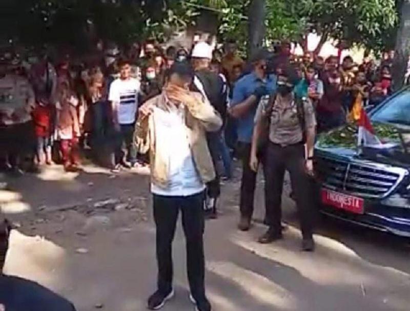 Air Mata Jokowi Jatuh di Adonara Saat Tinjau Lokasi Bencana