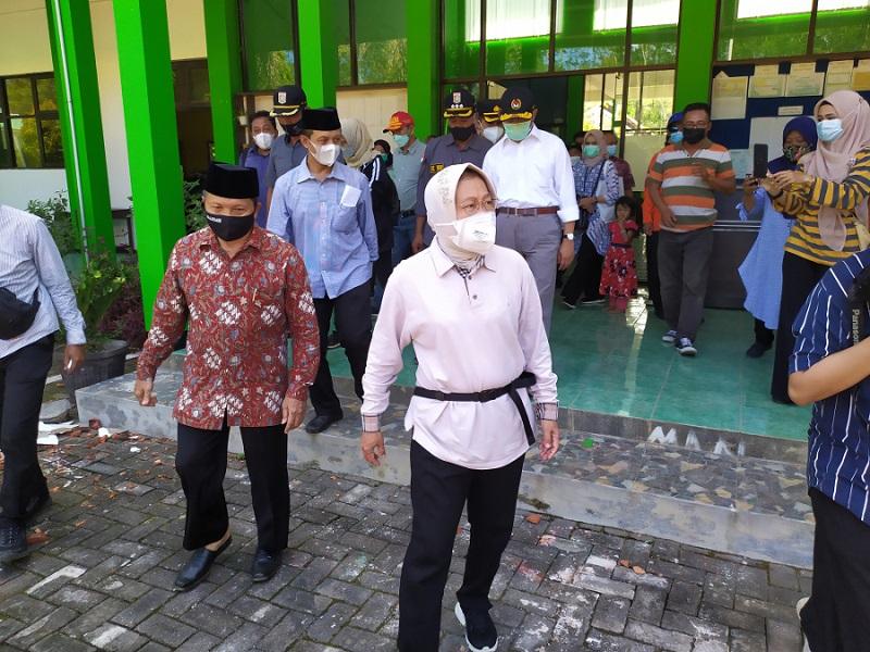 Risma Salurkan Santunan Kematian ke Korban Gempa di Malang