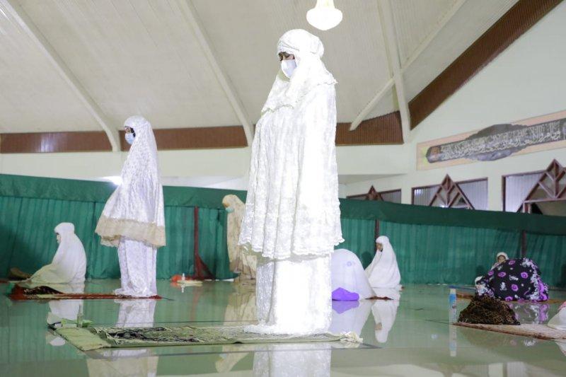 Winarti Shalat Tarawih di Masjid Baitul Rahman
