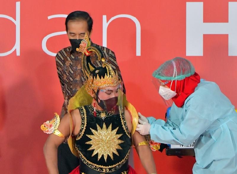 Presiden Saksikan Vaksinasi ke Pekerja Seni & Budayawan