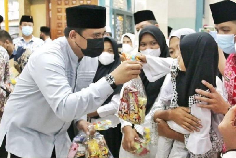 Safari Ramadhan, Bobby ke Masjid As Sholihin & Beri Bantuan