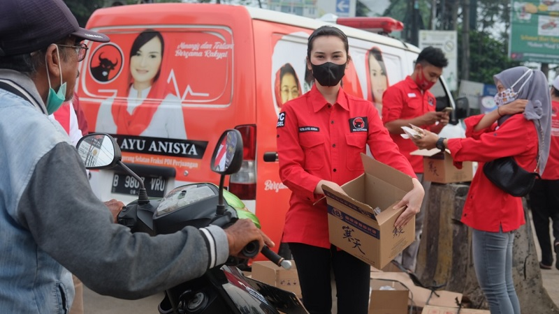 Politisi Banteng Muda Putri Ayu Anisya Berbagi Takjil