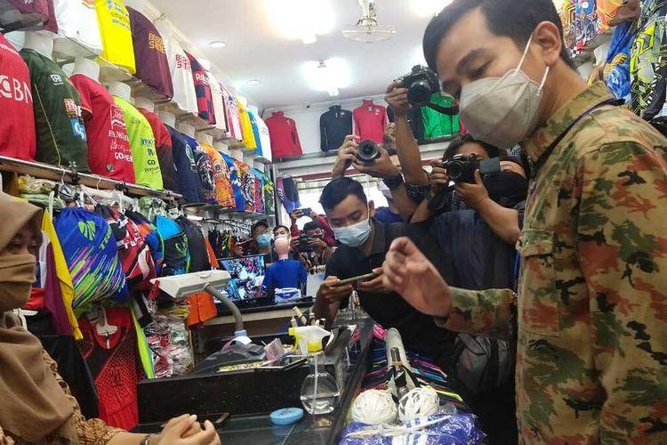 Gibran Kembalikan Uang Pungli ke Pedagang di Pasar Kliwon