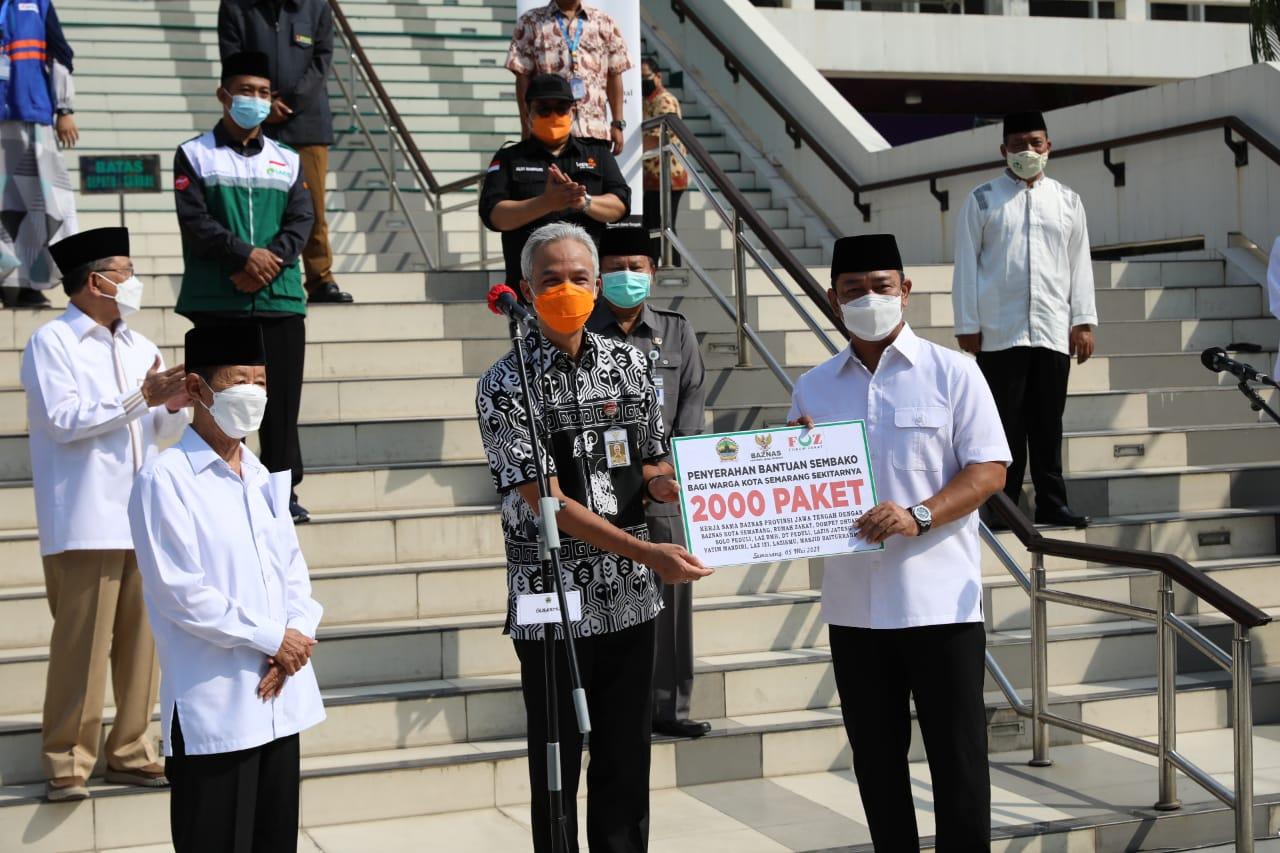 Ganjar Serahkan 2.000 Paket Bantuan Sembako