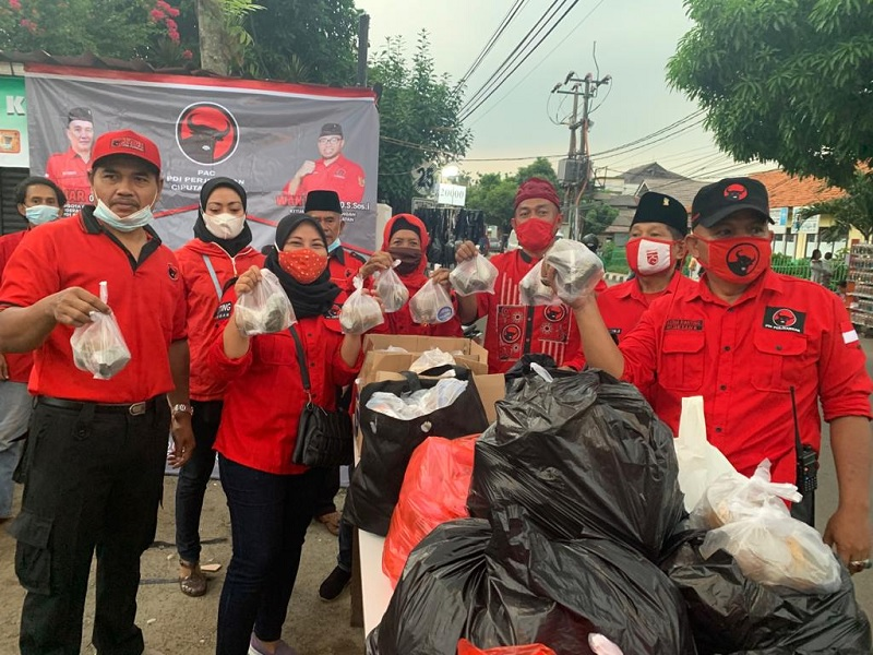 Banteng Muda Ciputat Timur M. Rocky Bagikan Sembako & Takjil