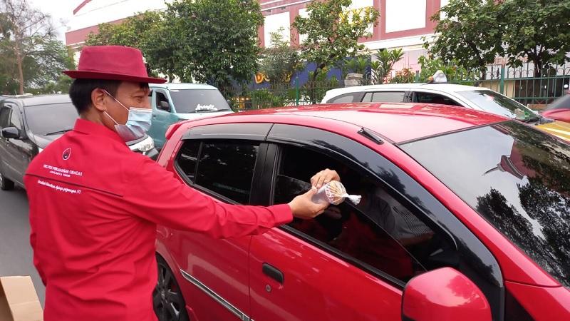 PAC PDI Perjuangan Kecamatan Ciracas Berbagi Ribuan Takjil