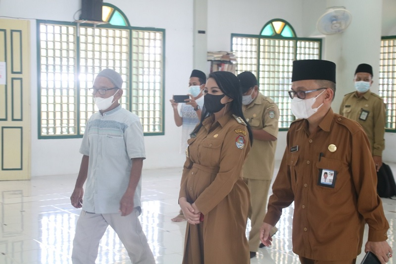 Jelang Idul Fitri, Bupati Karolin Cek Prokes di Masjid