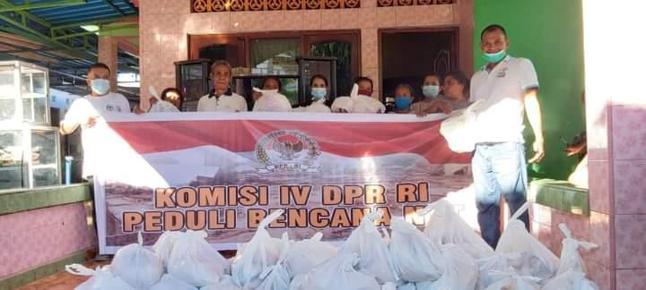 Ansy Salurkan Bantuan Komisi IV DPR RI ke Warga Kupang