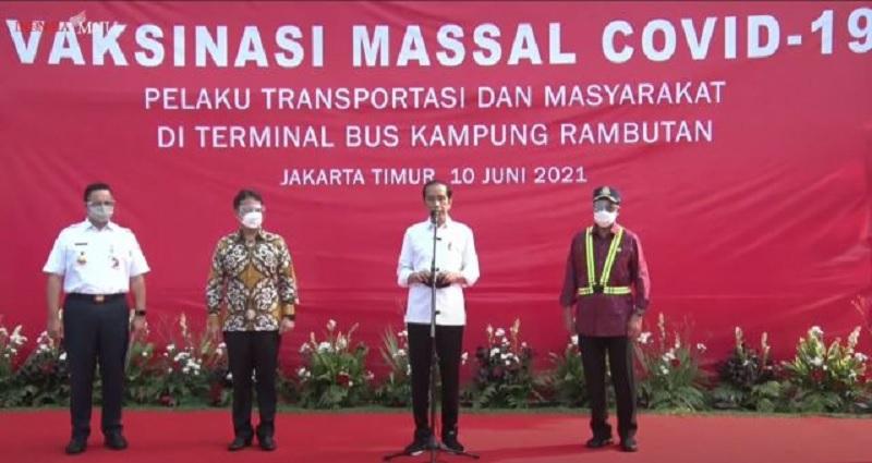 Jokowi Tinjau Vaksinasi Massal di Terminal Kampung Rambutan