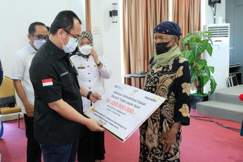 Arwan Aras Serahkan Bantuan RS RTLH di Kab Mamuju Tengah
