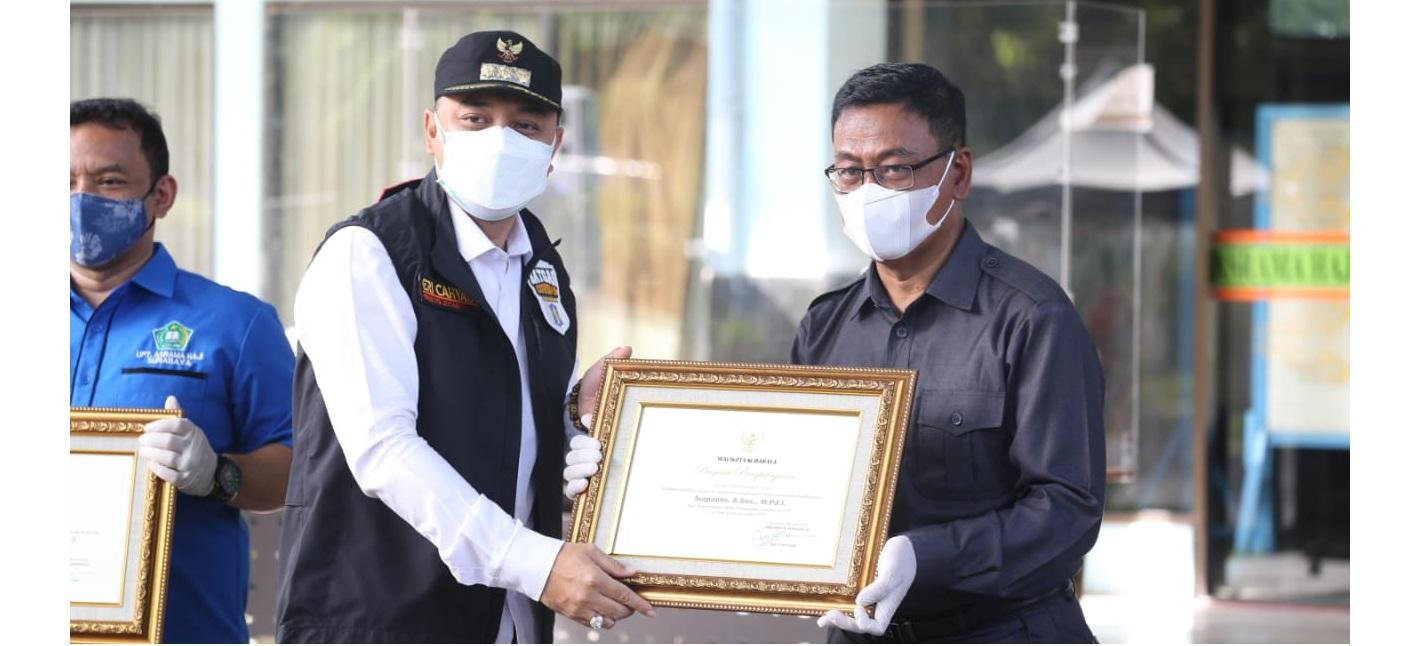 Eri Beri Penghargaan ke 93 Pegawai di UPT Asrma Haji