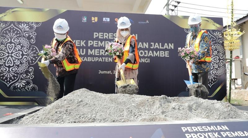Ipuk-Sugirah Resmikan Pembangunan Jalan ke Pulau Merah
