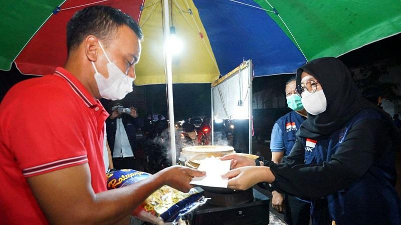 Sadar Prokes, Bupati Ipuk Berterima Kasih ke PKL & Warung