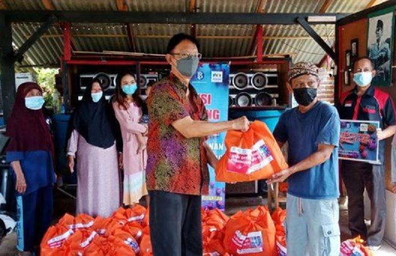 PPKM Lanjut, Prof Hendrawan Bagikan Bantuan di 3 Kecamatan