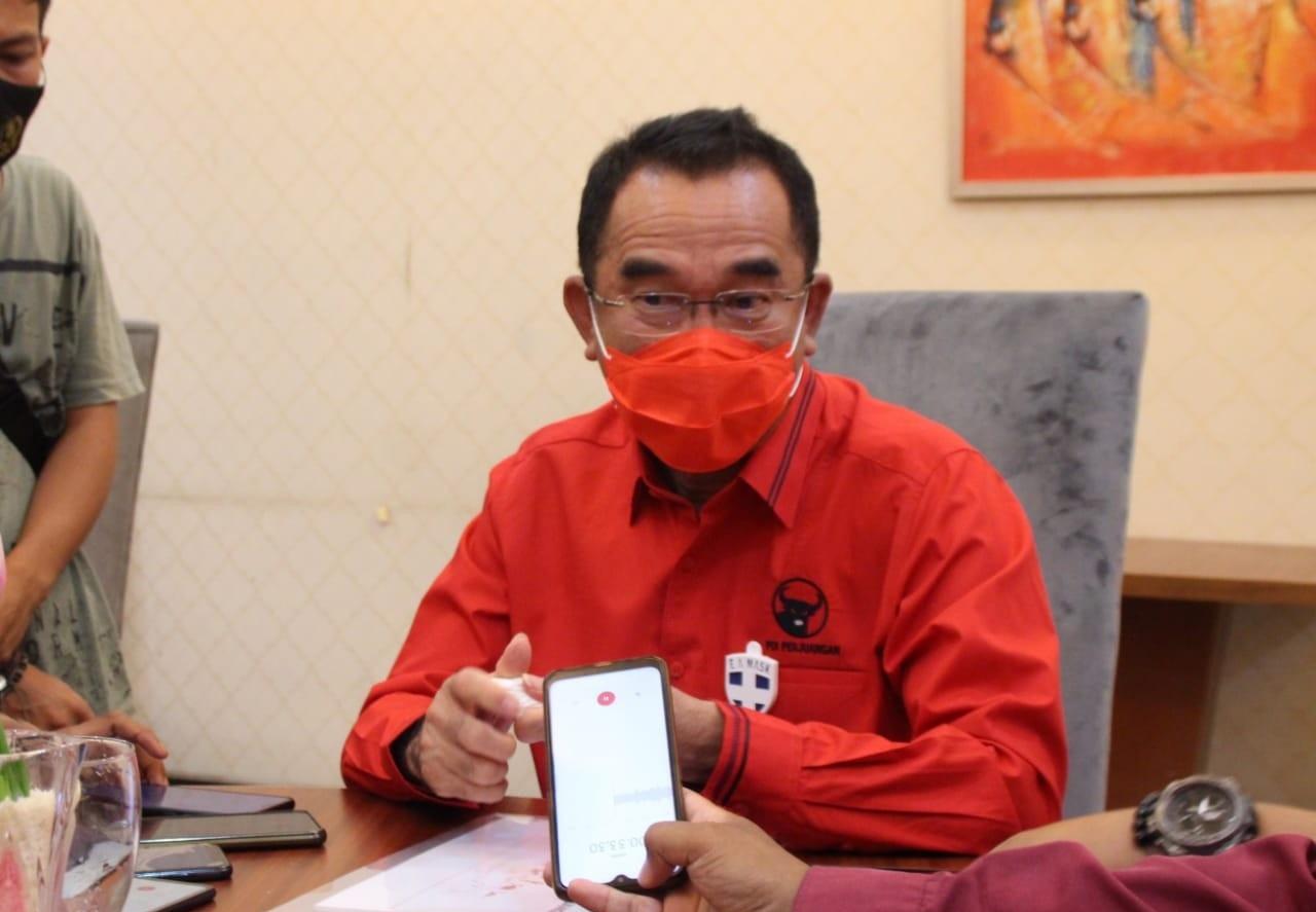 Rudi & PDI Perjuangan Bangka Tengah Bagikan Masker Gratis