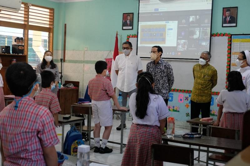 PTM Tiba, Nadiem dan Putra Blusukan Bareng di Sekolah Jaktim