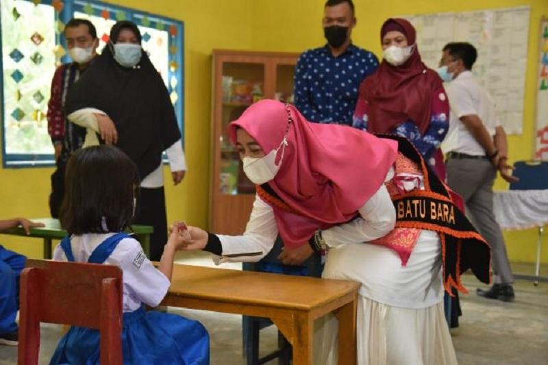 Bunda PAUD Maya Zahir Salurkan KIA di Kecamatan Lima Puluh