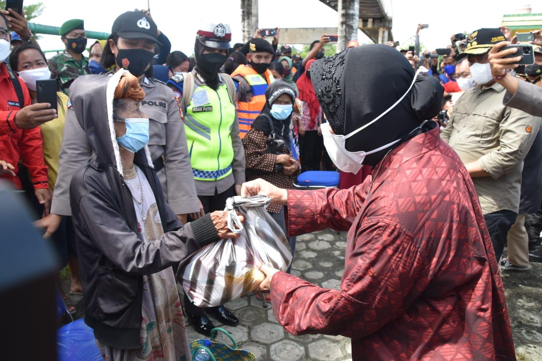 Risma Tinjau Daerah Terdampak Banjir di Kota Palangkaraya