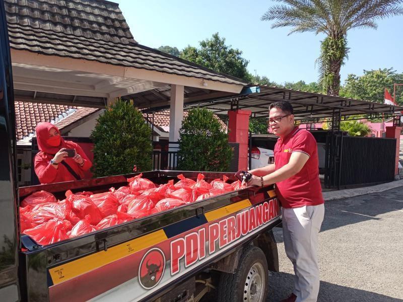 Banteng Purwakarta Salurkan Sembako ke Warga Terdampak COVID