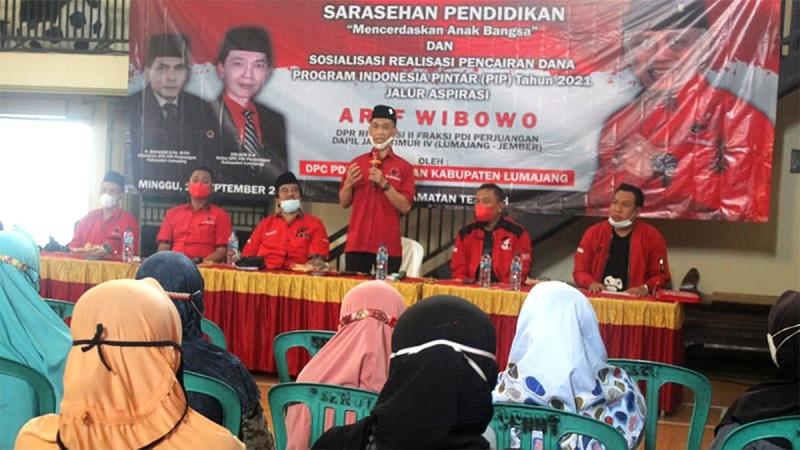 Arif Wibowo Salurkan Beasiswa PIP di Kabupaten Lumajang