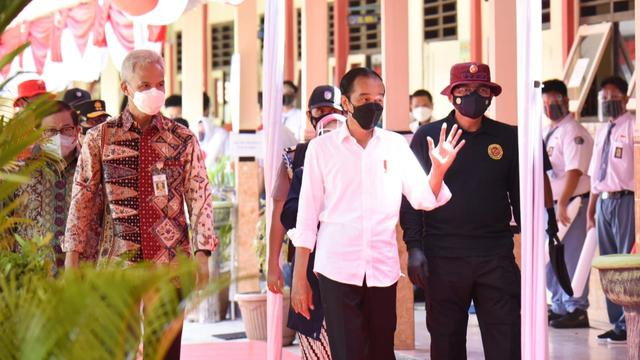 Presiden Jokowi Saksikan Vaksinasi Massal Pelajar di Cilacap