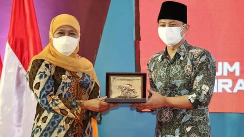 Gus Ipin Raih Penghargaan Program Kec. Cettar dari Khofifah