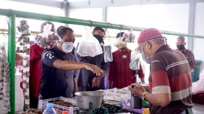 Armuji Bantu Pedagang di Pasar Gunung Anyar