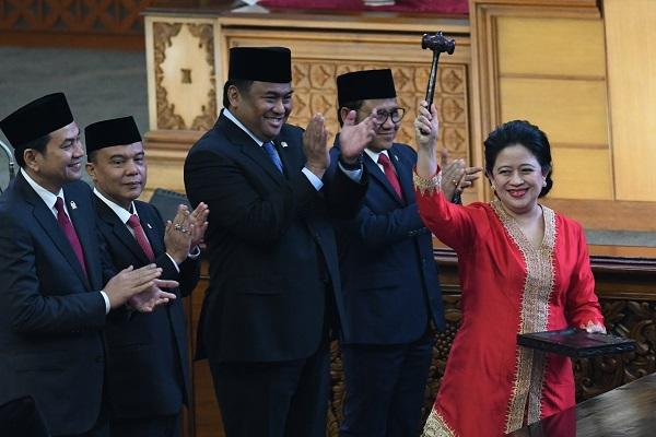 Ketua DPR periode 2019-2024 Puan Maharani (kanan) mengacungkan palu disaksikan Wakil Ketua M Aziz Syamsuddin (kiri), Sufmi Dasco Ahmad (kedua kiri), Rahmad Gobel (ketiga kiri), dan Muhaimin Iskandar (keempat kiri) usai pelantikan dalam Rapat Paripurna ke-2 Masa Persidangan I Tahun 2019-2020 di Kompleks Parlemen, Senayan, Jakarta, Selasa (1/10/2019). ANTARA FOTO/M Risyal Hidayat/ama.