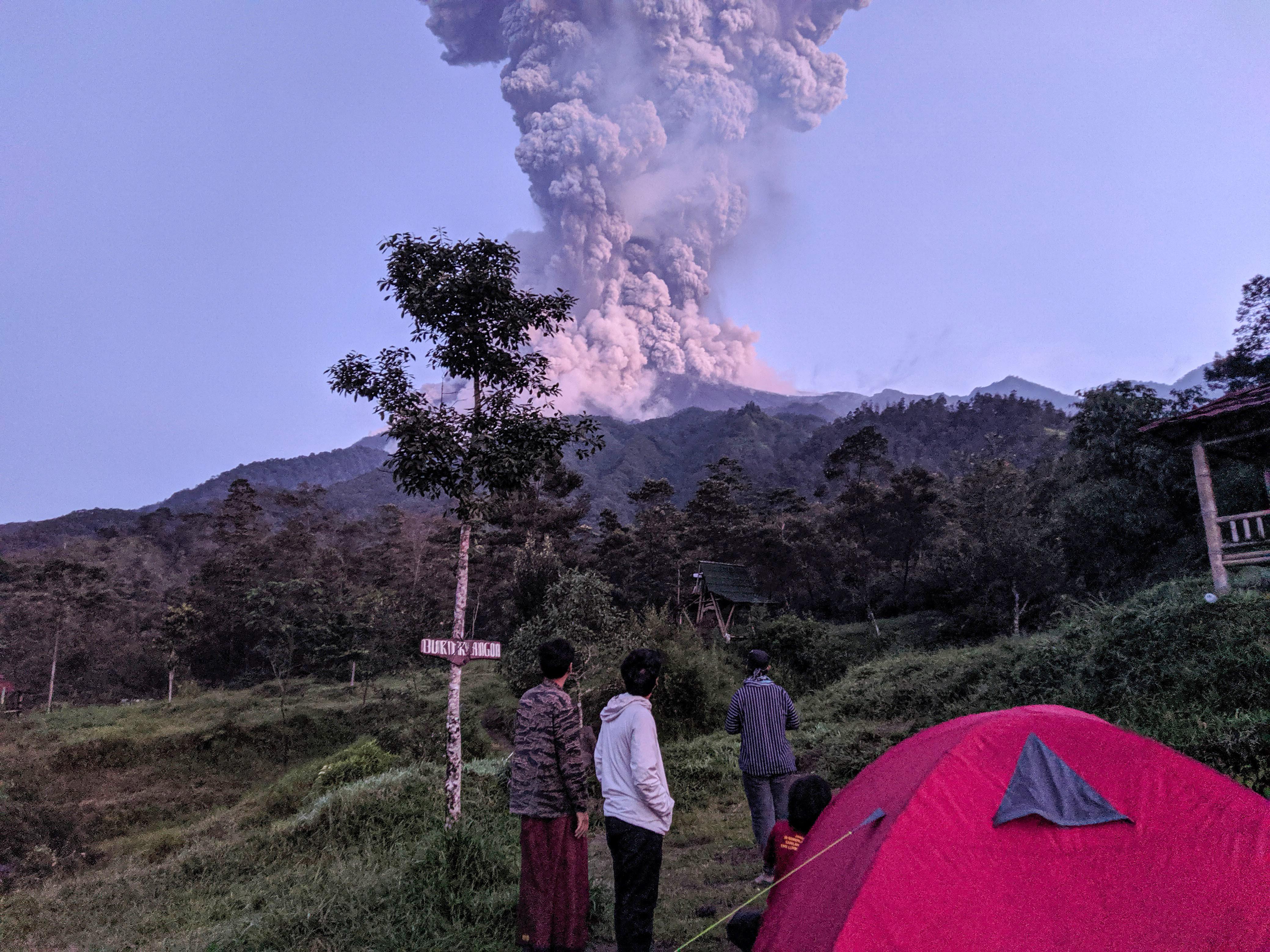 gunung merapi batuk prioritaskan keselamatan ibu dan anak